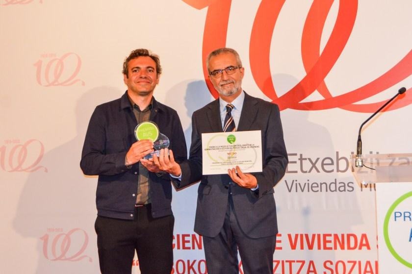 """Feleipe Castro y Juan Manuel Flores, con el """"Premio a la mejor actuación en el ámbito de la administración y gestión del parque social de viviendas"""" de la AVS."""