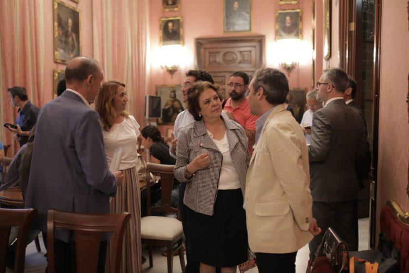 Carmen Castreño conversa con Felipe Castro.