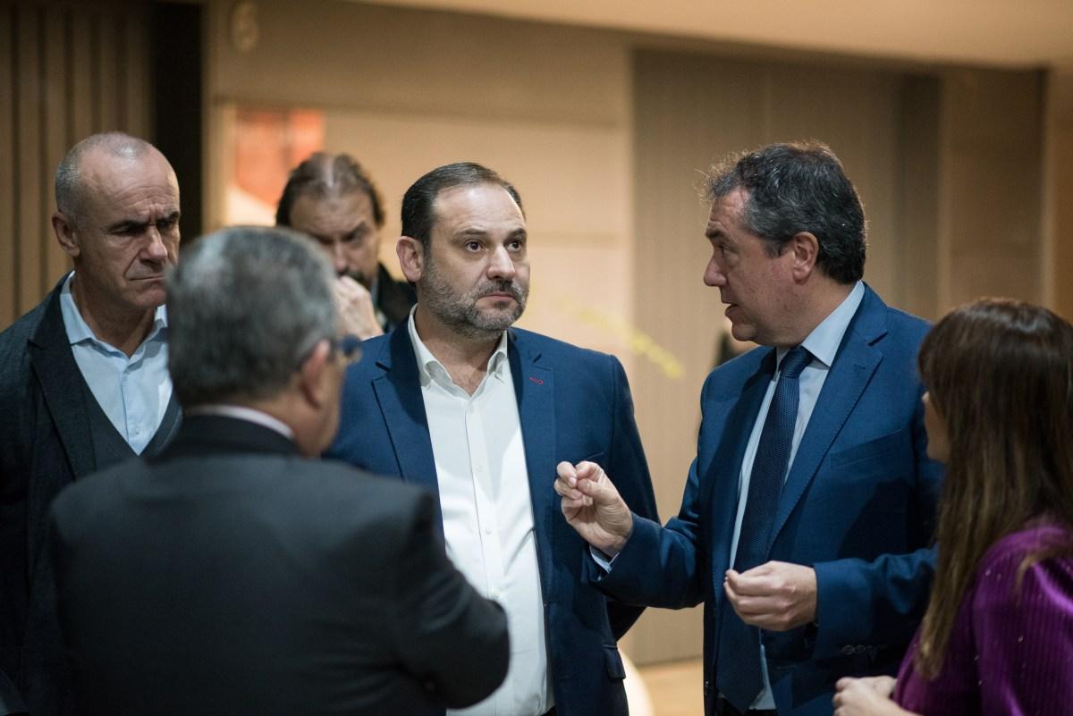 El ministro de Fomento, José Luis Ábalos, y el alcalde de Sevilla, Juan Espadas, ven en Rompemoldes un modelo de vivienda pública replicable en otros barrios de Sevilla
