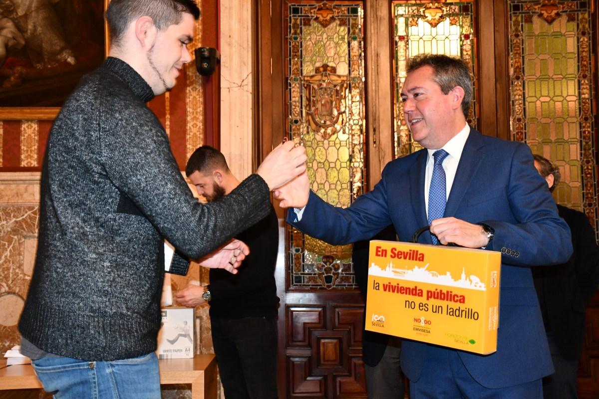 Juan Espadas entrega las llaves de las primeras 33 nuevas viviendas de una promoción de Emvisesa compuesta por 51 viviendas protegidas en alquiler con opción a compra