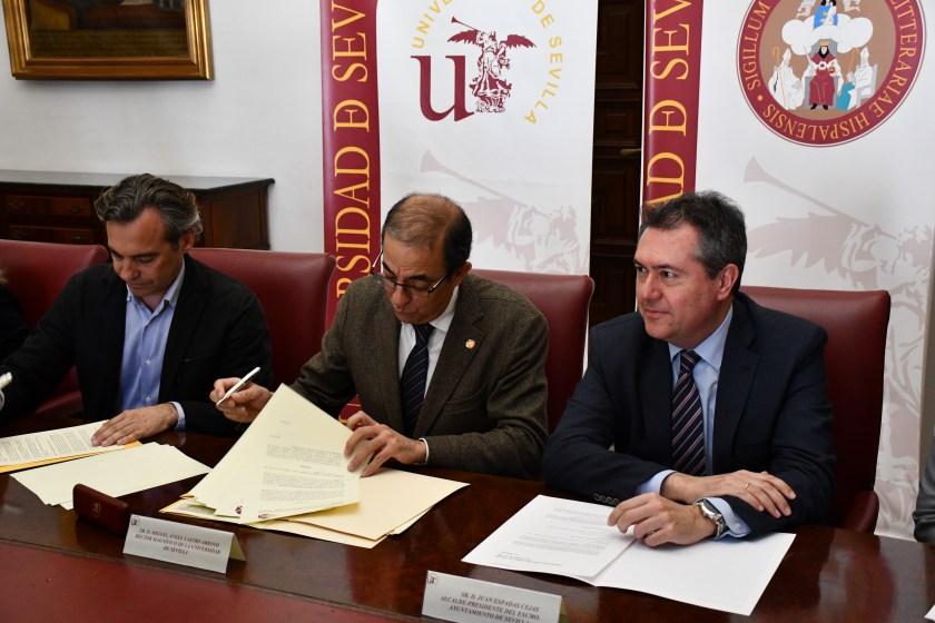 Felipe Castro y Miguel Ángel Arroyo firman el convenio ante Juan Espadas.