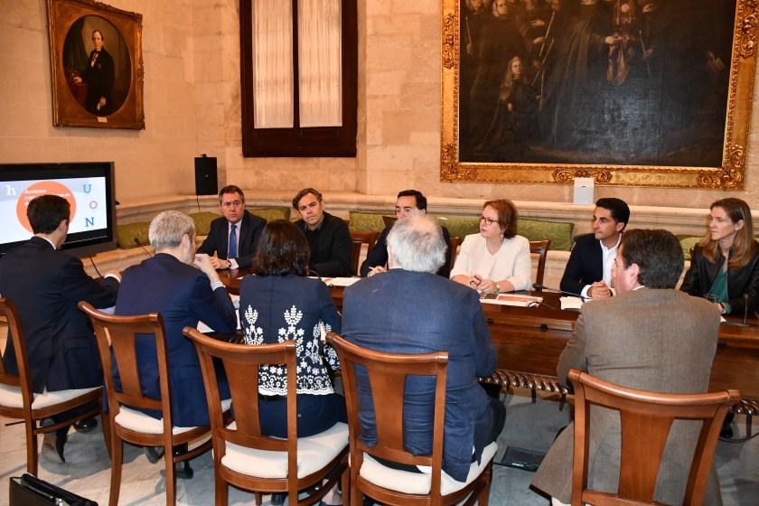 Los tres representantes del BEI fueron recibidos en el Ayuntamiento de Sevilla por el alcalde, Juan Espadas. A la reunión también asistieron el director gerente de Emvisesa, Felipe Castro; los responsables de las áreas financiera, de gestión y varios técnicos de la empresa municipal.