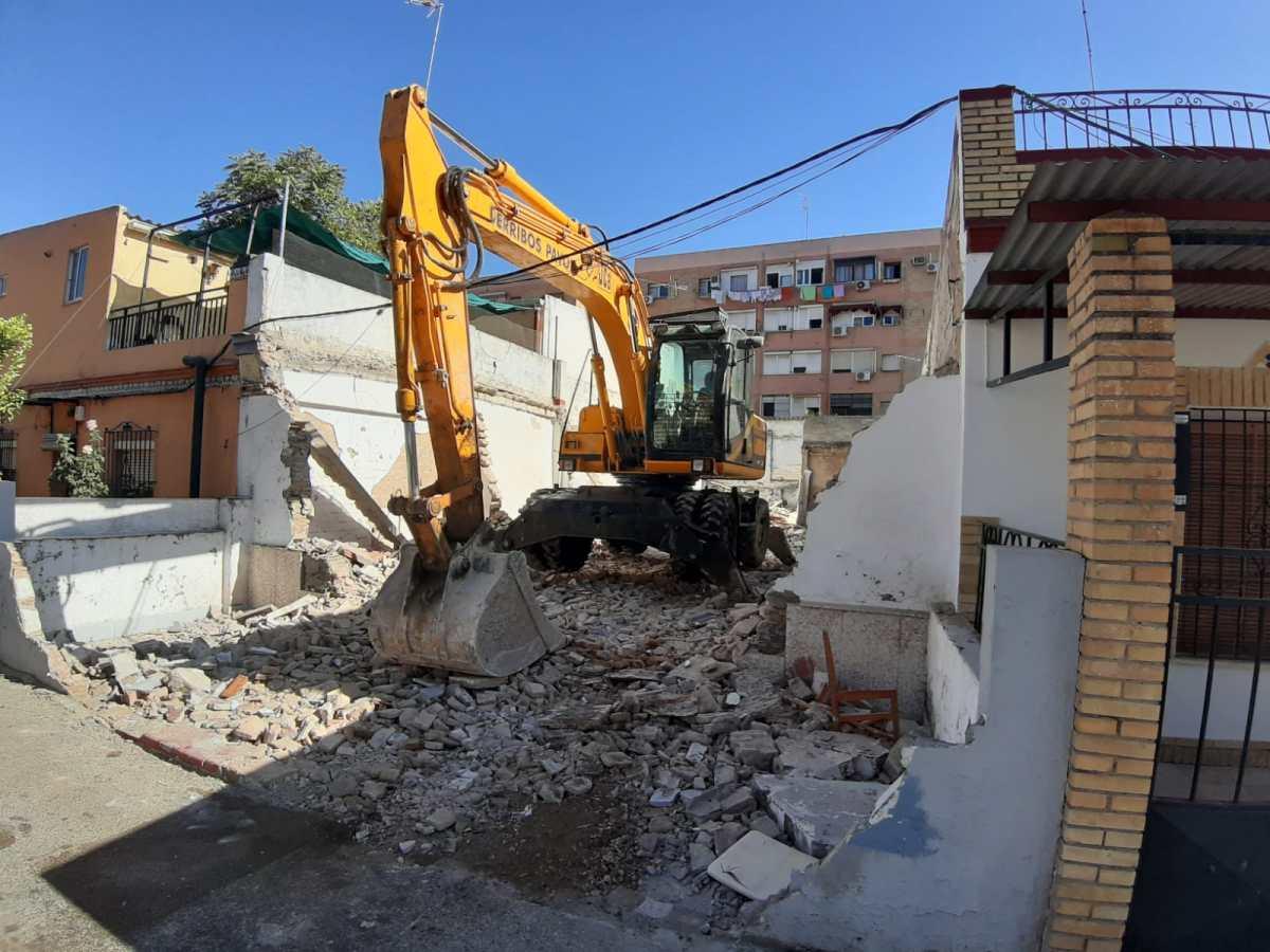 Emvisesa inicia las obras de demolición de la cuarta vivienda adquirida en el marco del plan de regularización de Guadaíra Sur previsto por el Ayuntamiento de Sevilla