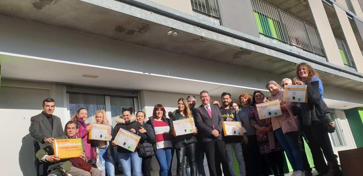 Juan Espadas entrega las llaves del primer edificio municipal de alojamientos cooperativos gestionado por Emvisesa en Sevilla Este