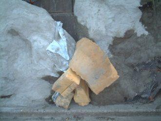 擬岩の側面にモルタルを盛る