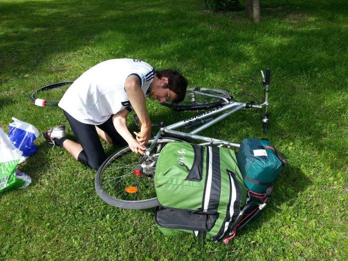 Changement de pneu voyage à vélo