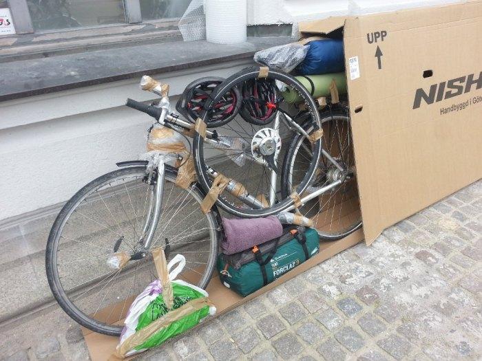 Voyage à vélo et avion - vélos dans des cartons