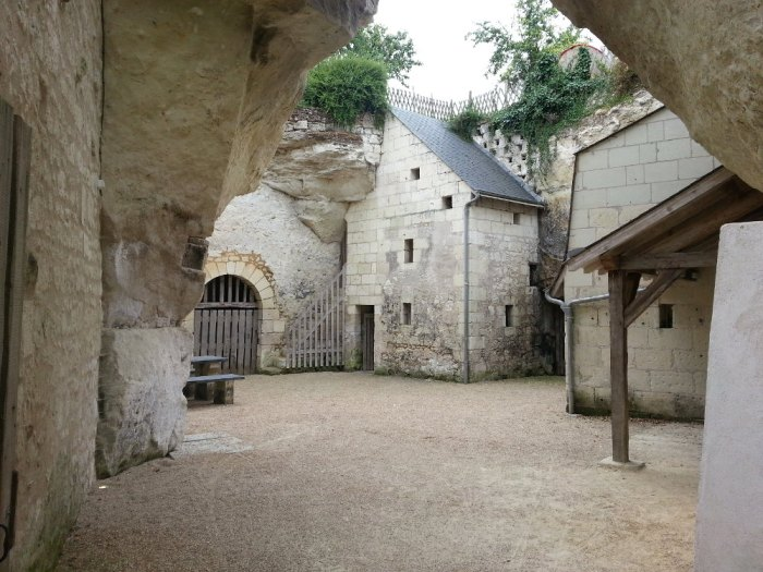Loire à vélo Cité troglodytique rue du commerce Souzay