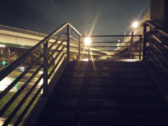 L'escalier du pont traversant l'autoroute