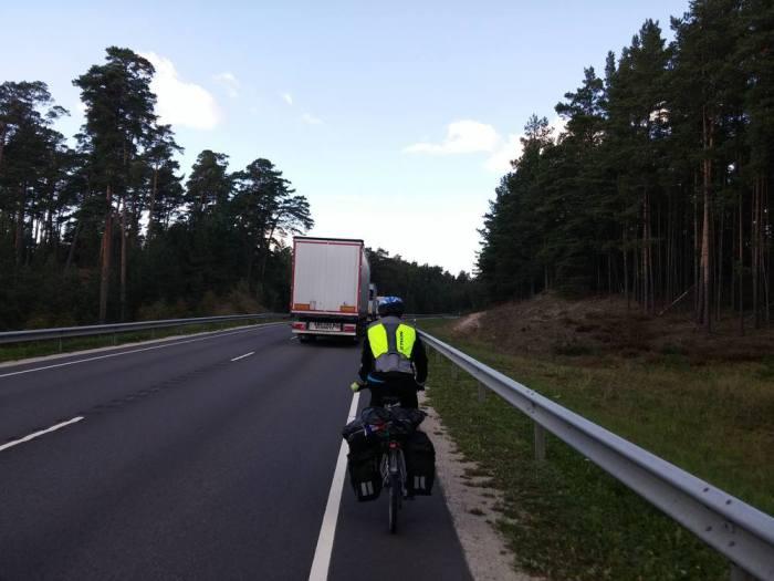 Large route avec bande latérale EuroVelo 10 Estonie