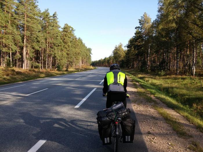 Route goudronnée avec bandes latérales en Lettonie sur l'Eurovelo 13