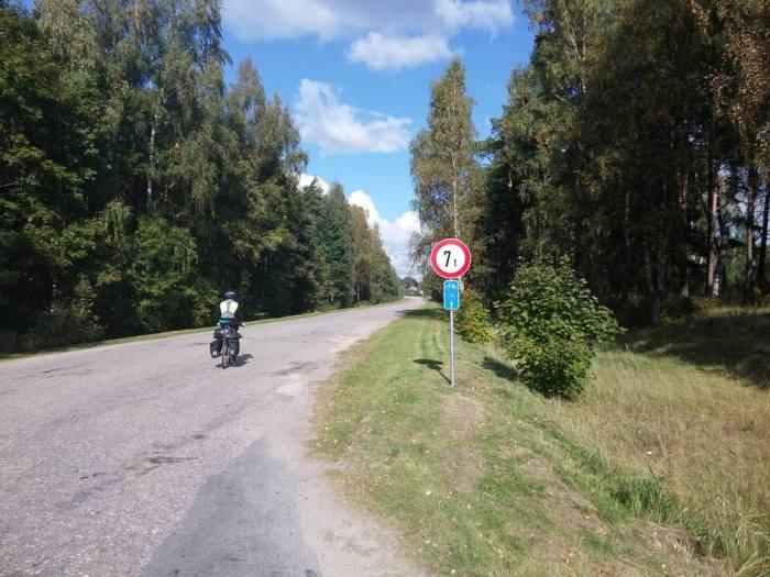 Route goudronnée de campagne en Lettonie sur l'Eurovelo 13