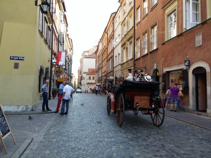 Routes pavées dans la vieille ville de Varsovie