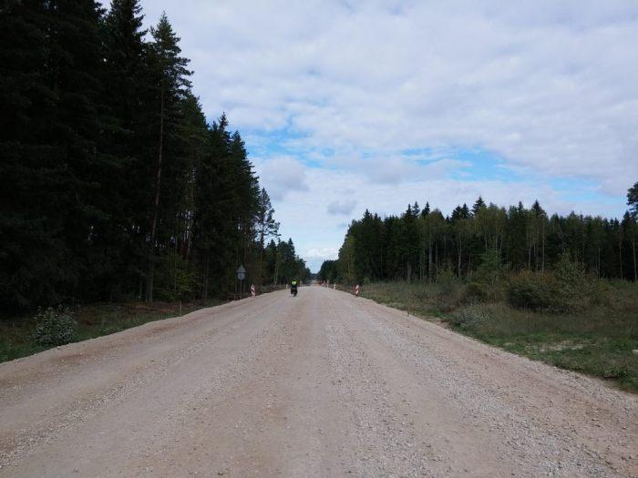 Une longue route très large en Lettonie