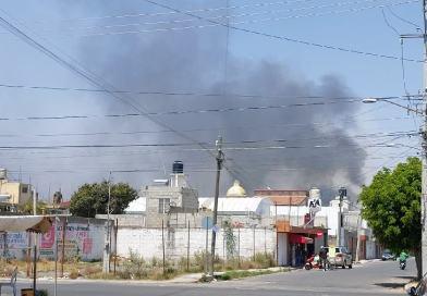Incendio en terreno baldío provoca cierre en 11 Sur