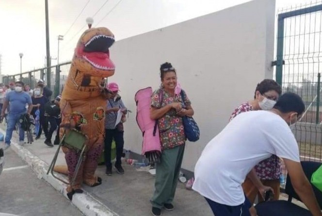 Dinosaurio acude a centro de vacunación en Tamaulipas