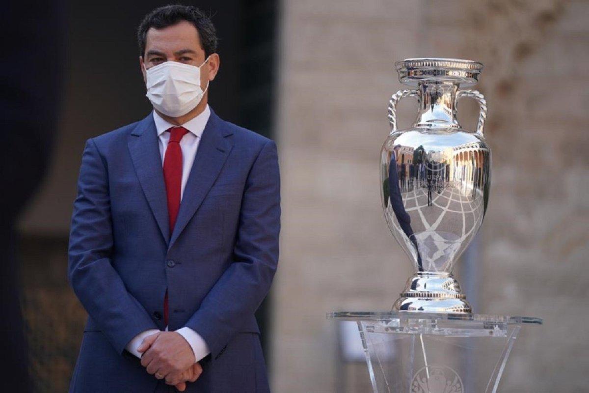 Juanma Moreno con la Eurocopa