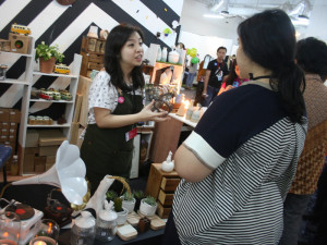 Pengunjung mengunjungi stan homework lifestyle essentials di Basha Market Grand City. foto: sandhi nurhartanto/enciety.co