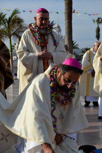 """El Obispo recién ordenado, arrodillado ante el """"altar"""" pagano, a la salida de la catedral"""