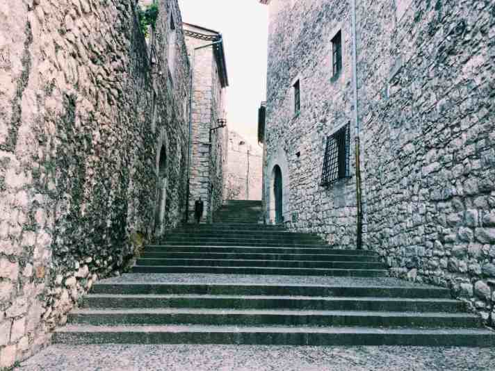 3. Find the Game of Thrones Filming Sites If you're a Game of Thrones fan, the whole city of Girona may seem eerily familiar - that's because season 6 had many scenes filmed here (7 episodes in fact)! Its main use was as the town of Braavos, and maybe the most memorable spot is the stairs where Arya begged!