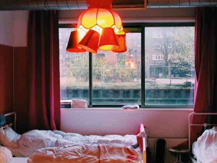 The all girls dorm in Ecomama Hotel Amsterdam, with beds overlooking the secluded canal. The cheapest hotel for an instagram- and eco-friendly stay in Amsterdam: Ecomama Hotel Amsterdam is cozy, sustainable and made my time in Amsterdam special.