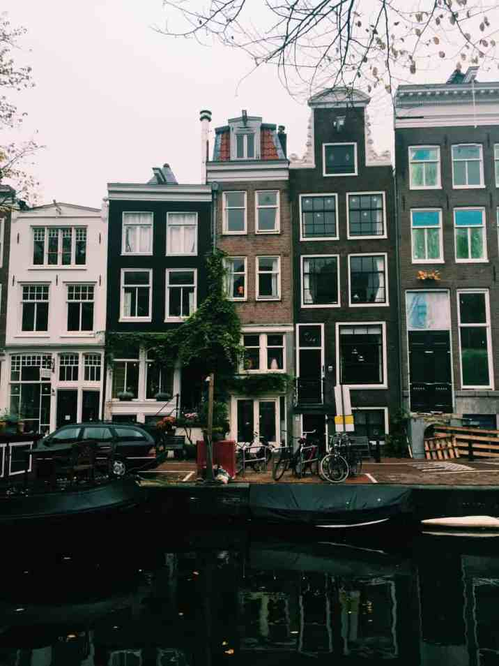 The beautiful houses lining Amsterdam's canals. The cheapest hotel for an instagram- and eco-friendly stay in Amsterdam: Ecomama Hotel Amsterdam is cozy, sustainable and made my time in Amsterdam special.