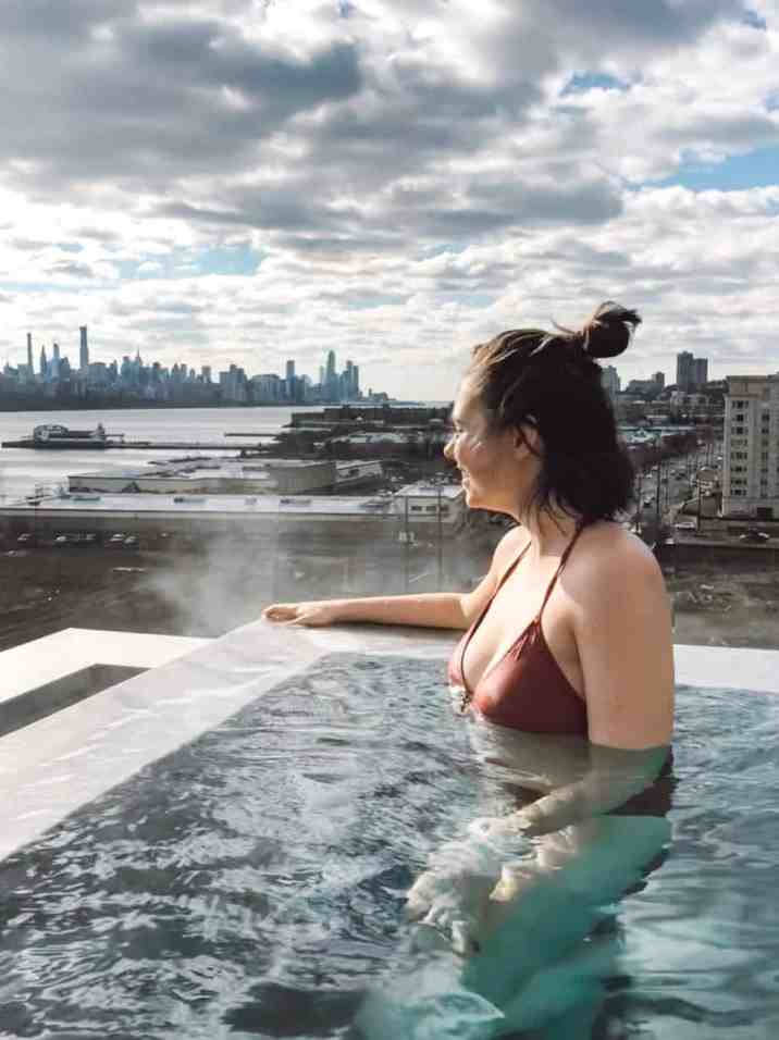 Visit the best Korean Spa in NYC, which is actually not in NYC. Sojo Spa Club features a rooftop infinity pool with views of the NYC skyline. #NYC #wellnesstravl #sojospaclub #koreanspa #koreanspanyc #dayspanyc