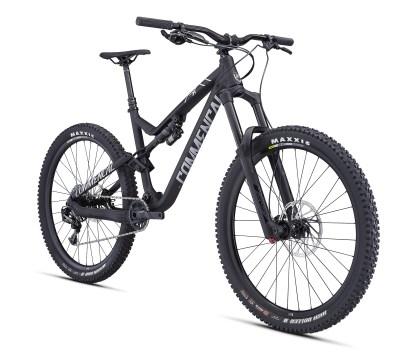 Race - Noir mat - 3499€, pour ce modèle presque Race ready. Les plus rapides préfèreront des pneus carcasse DH ?!