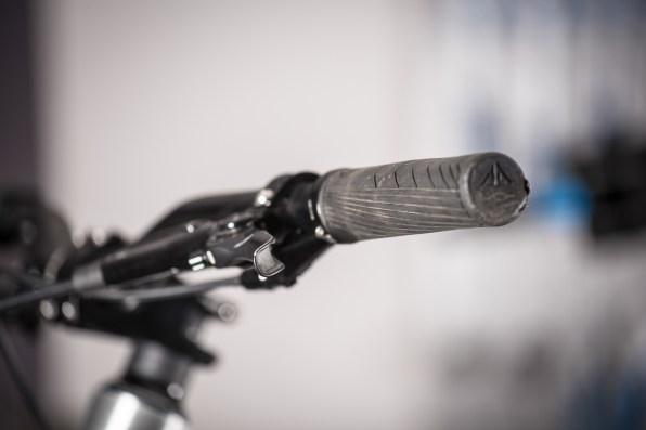 Elles correspondent au témoin présent sur le lock-on. Il permet d'orienter les grips ergonomiques développés par la marque. Juste ce qu'il faut d'aplatissement et d'âme en plastique ajourée et de surplus de gomme aux endroits stratégiques de l'appui du pouce et de l'extérieur de la main.