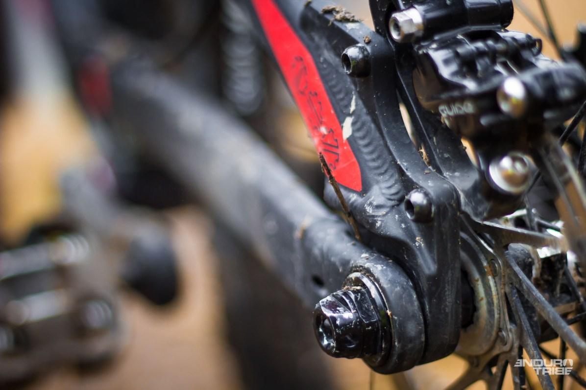 Au freinage, le Troy a tendance à gripper davantage que d'autres. Une qualité précieuse dans la pente notamment, où la suspension arrière garde une certaine réactivité même sous lichette de frein. Effectivement, avec le Split Pivot, rien ne fige. Le disque en 160mm y a alors son intérêt comme ses limites : il permet un freinage plus progressif et dosé, mais la puissance vient à manquer…