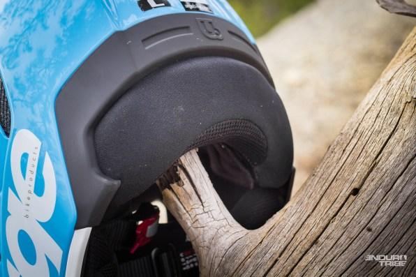 À l'arrière, si le dégagement maximal de la nuque se veut compatible avec l'usage d'un sac à dos (non vérifié), il apporte un autre confort appréciable : l'air circule aussi facilement dans cette zone, participant à l'impression de fraicheur et de ventilation importante.