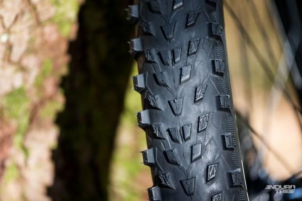 Pour les plus assidus, le Michelin Force AM reprend le profil à petits crampons inauguré sur le Michelin Wild Race'R Enduro Rear, pneu arrière roulant de la gamme Enduro. Un profil roulant donc, sur la partie centrale, et des crampons plus acérés sur la partie extérieure du profil.