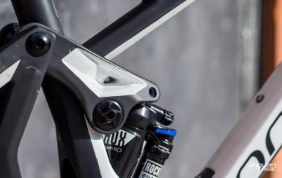 À elle seule, la bielette supérieur en carbone est une pièce de toute beauté carrefour de la technique, du design et de la finition du cadre.