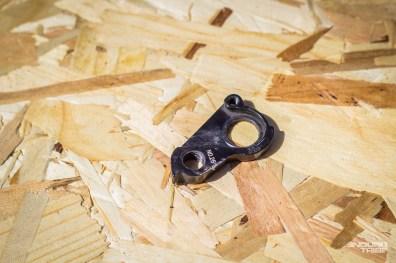 La patte de dérailleur, grand classique, ne pèse pas lourd et peut, elle aussi, prendre place dans les plis de la chambre à air.