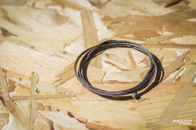 Sur une sortie à la pédale, casser le cable de dérailleur est aussi une tuile qui coûte cher ! Le cable de rechange vaut des points dans ces cas-là. Bien roulé, il peut s'accoupler à la chambre à air et se faire oublier…