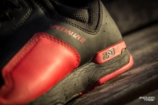 Traces clairement visibles de l'usage, la semelle intermédiaire en EVA qui plisse progressivement, à l'usage. Le comportement de la chaussure n'en est pas détérioré pour autant.