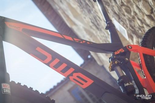 Sonorité creuse, finition matte délicate, consignes claires du livret d'entretien du vélo quant à l'usage néfaste d'un pied d'atelier ou d'un porte vélo à pince au contact direct des tubes en carbone, le triangle avant du BMC Trailfox fait figure de pièce d'orfèvrerie.