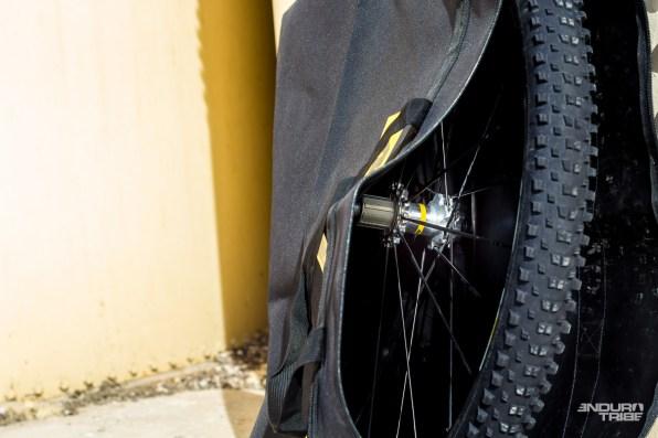 Mavic propose au détail ses housses de transport pour roues. Simple épaisseur, étanche de l'intérieur, juste ce qu'il faut pour éviter les rayures et la salissure de la voiture.