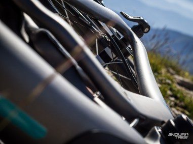 Les tubes sont alors plus fins latéralement… Pour assurer un comportement tolérant ? Le terrain le dira. Pour l'instant, ils permettent de constater de bons dégagements autour des pneus en 29x2.35.