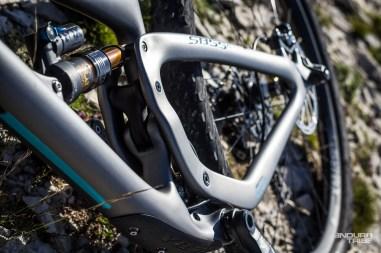 Les tubes du triangle arrière proposent un profil oval dont la plus grande dimension est orientée verticalement, pour assurer la transmission des mouvements du terrain aux éléments de suspension.