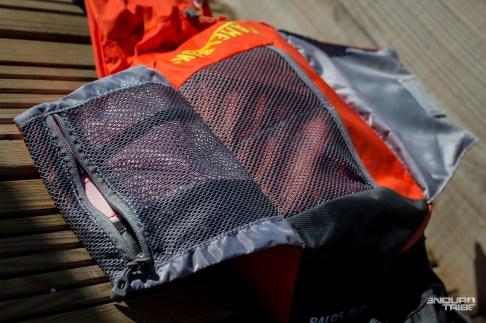 Sur le dessus de la poche centrale, tenus par un clips, deux compartiments d'organisation pour recevoir au choix des outils, des effets personnels, du matériel de premiers secours…