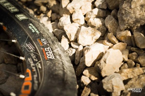 D'origine, le Dune est chaussé de Carcasses Exo. Avec les carcasses rigides et la gomme lente des Michelin Wild Rock'R et Race'R Enduro Rear, le Dune prend véritablement le visage d'un mini-vélo de descente à la folle adhérence. qui n'entache en rien les capacités du vélo à la relance. Même affublé de deux pneus d'un kilo et d'un SAG à35%, le Dune Carbon R n'est pas pour autant collé. Il reste agile. Impressionnant !