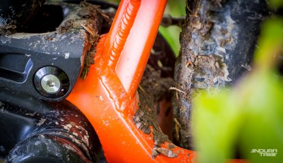 Au rayon boue et nettoyage, le cadre du BMC Trailfox mérite une attention particulière au niveau de la biellette basse. La boue - en provenance du pneu arrière - a vite tendance à s'accumuler au niveau de l'articulation avec le triangle arrière. Petite mousse - comme sur certains vélos de descente - ou bien petit par-boue, sont les bienvenus…