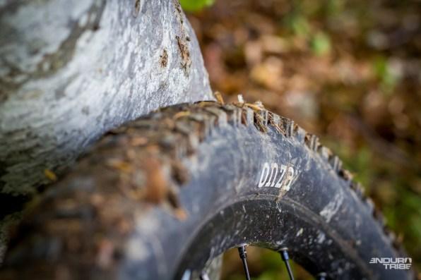 Idem pour les pneus Onza, qui peuvent convenir à un usage raisonnable, mais ne font pas long feu sous la pression du chrono. Les pavés de St Martin du Froid, sur les traces du Shimano Epic Enduro, pincent la carcasse et me poussent à l'usage d'autres pneus pour la course.