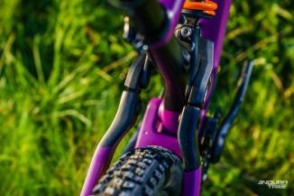 Ici, l'option choisie consiste à ne pas utiliser de raccord entre haubans droit et gauche. Dans ce cas, lorsque le vélo travaille, sur l'angle notamment, un risque consiste à ce que l'un des haubans pousse plus que l'autre sur la biellette.