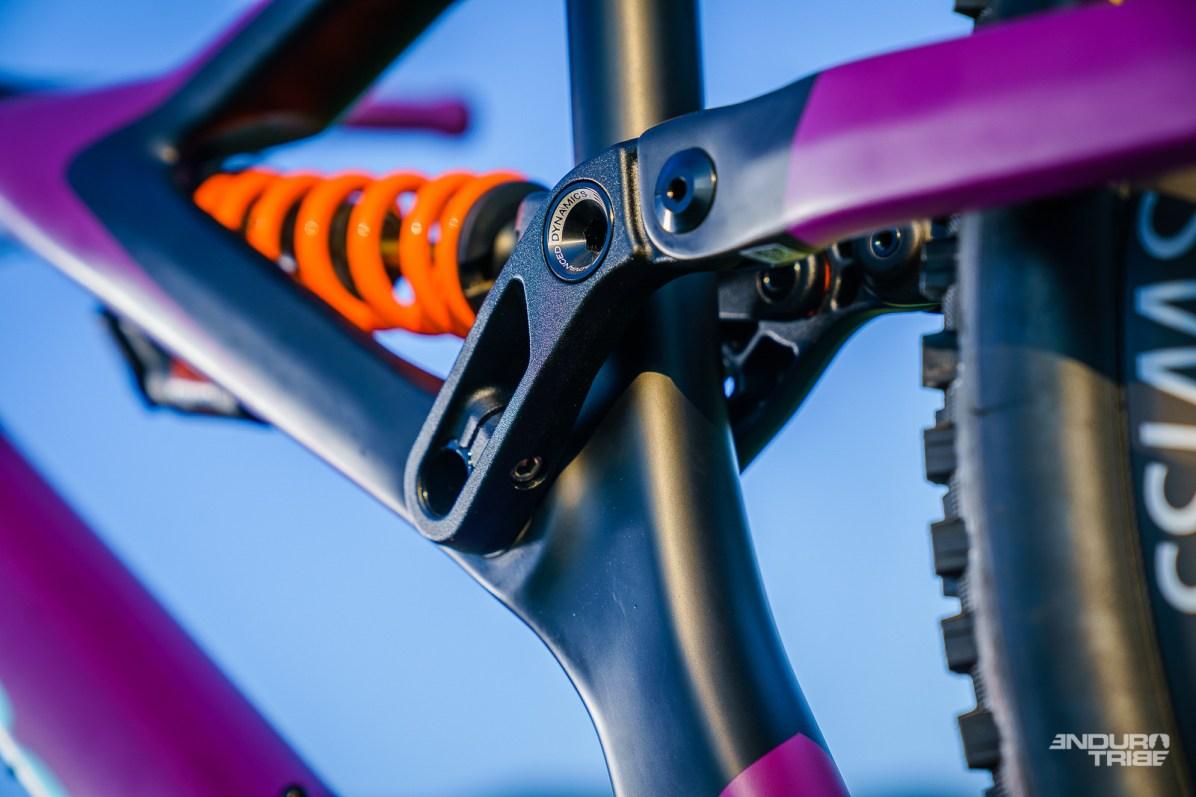 Au montage, il suffit de présenter les deux faces de la biellette sur l'axe. Un outil spécifique, fourni avec le vélo, vient se visser dans l'axe, et permet de contraindre le montage de roulement. Le maintien en position se fait par les deux vis et la fente de serrage prévues à cet effet. L'outil, lui se monte sur une clé allen de 8mm, donc jusque sur certains multi-outils.