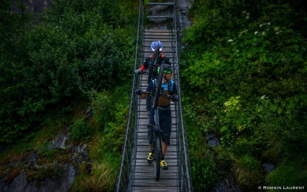 Le pont suspendu au-dessus d'un torrent fort actif a beaucoup amusé Alexis.