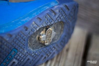 Sous le pied, les abords de la cale sont encore propres. La gomme n'est pas marquée. Le plastique est cabossé mais n'a pas perdu de matière. Le raccord entre les deux est totalement intact.