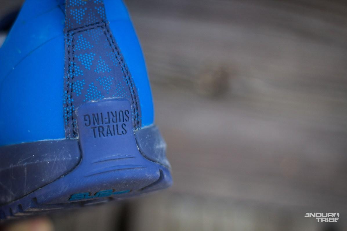 Fins détails, belles coutures, beaux ajustement, pas de fil qui dépasse, seules quelques légères traces de colle qui dépassent par endroit.