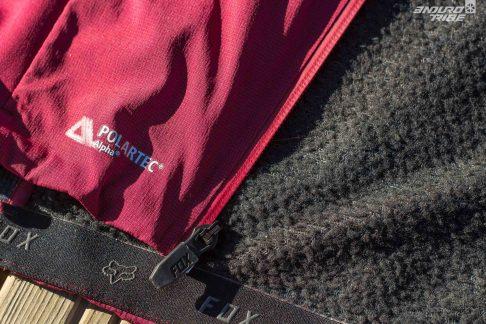 Si d'aspect extérieur le matériau offre un état de surface similaire, l'intérieur de la veste est doublé de Polartech sur une majorité de la surface.